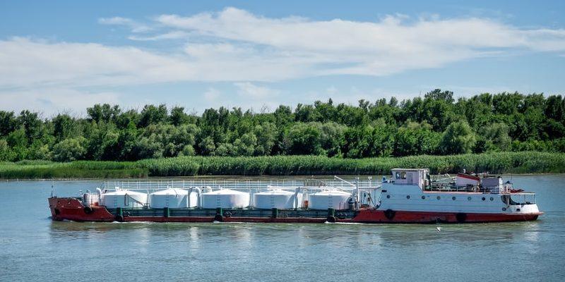 transporte fluvial buque cisterna