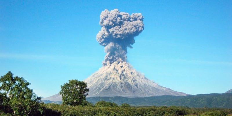 erupcion volcanica freatica gas vapor