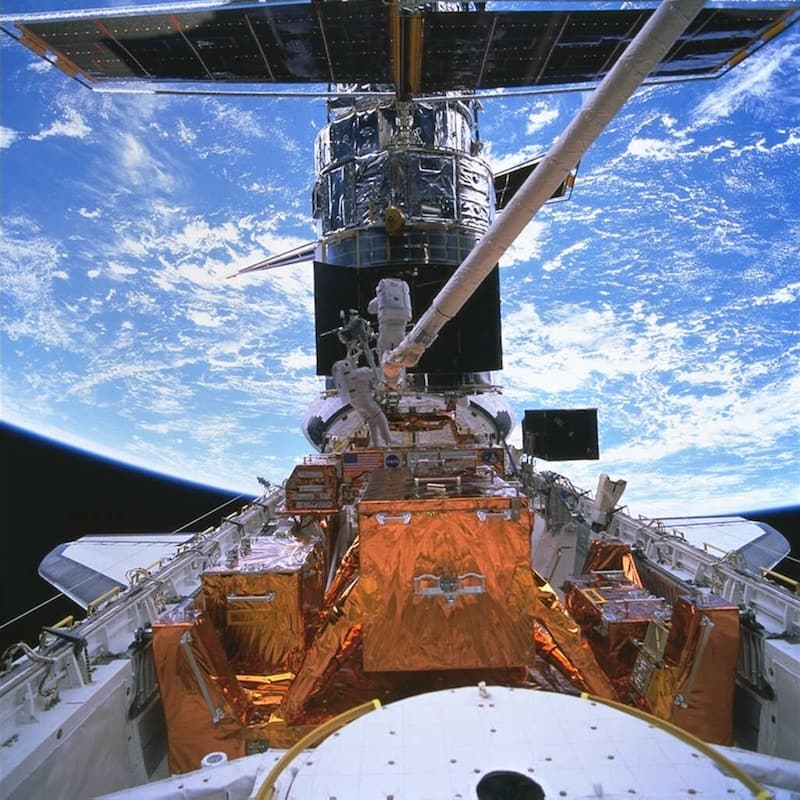 ASTRONAUTS SMITH AND LEE INSTALL STIS 1997 telescopio hubble